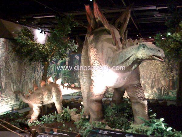 DWD1444-Stegosaurus-with-one-baby